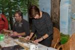 Leden van de werkgroep bezig met het meten van een kerkuil