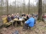 Leden van de Natuurwerkgroep tijdens een welverdiende pauze