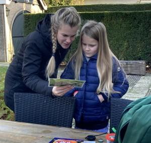 Bo Eikenaar bekijkt samen met haar moeder een brochure