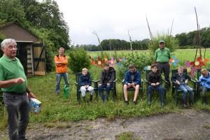 Thierry van Dessel (in oranje jack) maakte in juni kennis met de activiteiten van de VNMH jeugd. Links de vertrekkende voorzitter Cor Luijsterburg. (Foto: Hannie Houben)